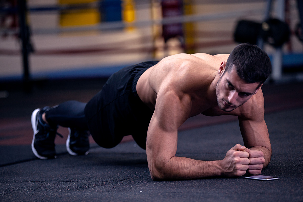 Man doing plank, gazing on his right
